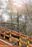 Stary schody Stary drewniany schody z dokonanego żelaza elementami Stara drabina w parku Miasto Chernigov historia obraz stock