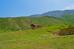Stary sheepfold w górach obrazy stock