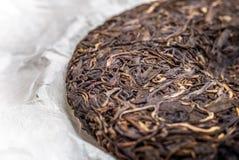 Stary Shen puerh chińczyk fermentował herbaty na papirusu papieru tła makro- zakończeniu Zdjęcia Royalty Free