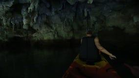 Stary Silnego mężczyzna rzędów kajak wzdłuż rzeki w Ciemnej jamie zbiory wideo