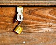 Stary składowy bagażnik z kłódką fotografia stock