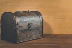 Stary skarbu pudełko na drewnianym tło antyku zdjęcia royalty free