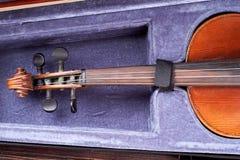 Stary skrzypce w rozpieczętowanej skrzynce zdjęcie royalty free