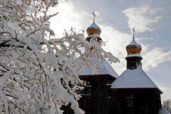 Stary Slawistyczny Chrześcijański Ortodoksalny kościół w śniegu z dwa kopułami, Zdjęcie Royalty Free