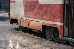 Stary sowieci - zrzeszeniowy tramwaj jedzie na poręczach Zdjęcie Stock