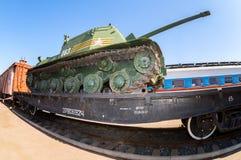 Stary sowiecki militarny zbiornik na kolejowej platformie Zdjęcie Royalty Free