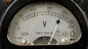 Stary sowiecki voltmeter mierzy woltaż w sieci zbiory