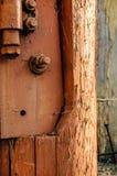 Stary spierzchniający bela malujący brąz z masywnym brama zawiasem fotografia royalty free