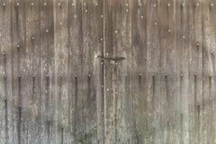 Stary stajni drzwi robić drewno blokował z kłódką i łańcuchem fotografia royalty free