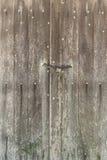Stary stajni drzwi robić drewno blokował z kłódką i łańcuchem zdjęcia royalty free
