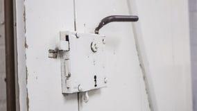 Stary stajnia Drzwiowy kędziorek, rękojeść biali i, obraz stock
