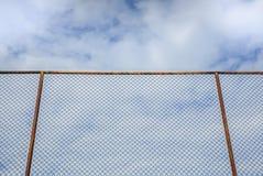 Stary stali ogrodzenie z chmurą i niebieskim niebem Fotografia Stock