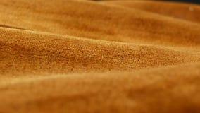 Stary starzejący się zamszowy skóry tło Prostacka tekstura, gradientowy żółtego brązu beż, żywi kolory zdjęcie wideo