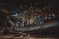 Stary statek no używał Lądujący na ziemi blisko rzeki zdjęcie royalty free