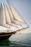 Stary statek z białymi sprzedażami, żegluje w morzu Obraz Royalty Free
