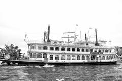 Stary statku pławik na wodzie w miasta schronieniu, Hamburg, Germany obraz stock