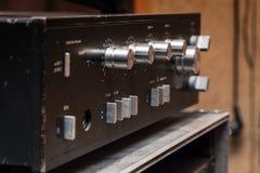 Stary stereo amplifikator w czerni z srebnymi rękojeściami fotografia royalty free