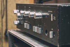 Stary stereo amplifikator w czerni z srebnymi rękojeściami fotografia stock