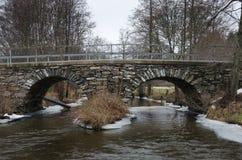 Stary stonebridge nad zimną wodą Obraz Stock