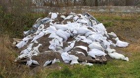 Stary stos łamani worek z piaskiem używać dla powodzi ochrony Fotografia Stock