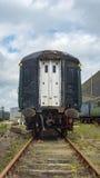 Stary straszny pociąg, opuszczać przy zaniechanym warsztatem Obrazy Royalty Free