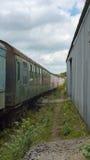 Stary straszny pociąg, opuszczać przy zaniechanym warsztatem Zdjęcie Royalty Free