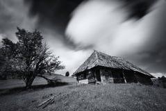Stary straszny zaniechany gospodarstwo rolne dom w białym kolorze Stary, porzucający dom przeciw tłu chmurny niebo, strzelał dale Obrazy Stock
