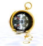 Stary stylowy mosiądza kompas z odbiciem na wodzie Zdjęcie Royalty Free