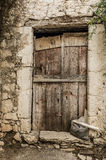 Stary szalunku drzwi w scuffed ścianie Obrazy Royalty Free
