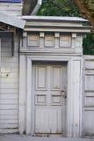 Stary szary drewniany drzwi z szlachetnym odcieniem Historyczny centre Fotografia Stock