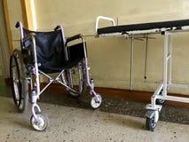 Stary szpital od inside Niepełnosprawny wózek inwalidzki dla transportu chodzący pacjenci W pobliżu jest wózek inwalidzki dla hos Fotografia Royalty Free