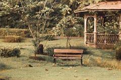 Stary sztuki Nouveau zdroju pawilon przy jesień zmierzchu spokoju jesienią na malowniczej ławce w jardzie zdjęcia stock