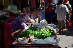 Stary tajlandzki kobiety sprzedaży jedzenie i warzywo dla podróżnika przy Koh Kret Fotografia Royalty Free