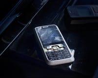 Stary telefon komórkowy łamający i krekingowy na pyle Zdjęcia Stock