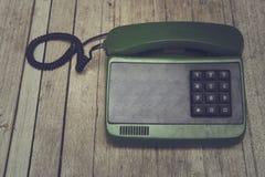 Stary telefon na drewnianym stole Obraz Stock