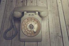 Stary telefon na drewnianym stole Obrazy Royalty Free