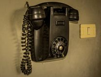 Stary telefon w czerni fotografia stock