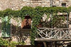 Stary tenement dom przerastający z bluszczem w Sault, Vaucluse dział w Provence obrazy royalty free