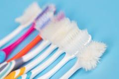 stary toothbrush używać tracąca ważność uszkadzająca rozmaitość kolory zdjęcia royalty free