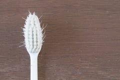 Stary Toothbrush używał odgórnego widok na drewnianym tle z copyspace Zdjęcia Stock
