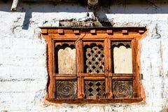 Stary tradycyjny drewniany okno a w małej lokalnej wiosce w Nepal, himalaje zdjęcia stock
