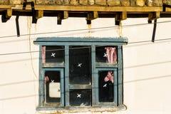 Stary tradycyjny drewniany okno a w ma?ej lokalnej wiosce w Nepal, himalaje zdjęcie royalty free