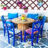 Stary Tradycyjny Grecja, krzesła w taverna obraz stock