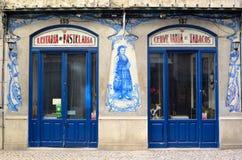 Stary tradycyjny sklepu przód z ceramicznymi płytkami w Lisbon Portugalia Obrazy Stock
