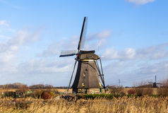 Stary, tradycyjny wiatraczek w Holenderskich kanałach, Holandie Biel chmurnieje na niebieskim niebie wiatr dmucha Obrazy Stock
