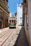 Stary tramwaj liczba 28 na wąskiej ulicie Alfama lisbon Port Obrazy Stock