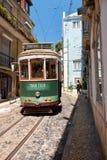 Stary tramwaj liczba 28 na wąskiej ulicie Alfama lisbon Port Obrazy Royalty Free