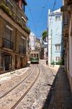 Stary tramwaj liczba 28 na wąskiej ulicie Alfama lisbon Port Obraz Stock
