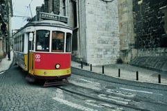 Stary tramwaj liczba 28 w ulicie Lisbon Fotografia Royalty Free