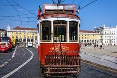 Stary tramwaj 28 na ulicie Lisbon, Portugalia Zdjęcie Royalty Free